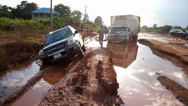 vehicles crossing big potholes on Enugu-Awka-Onitsha road
