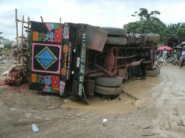 a passenger car fell off on Okigwe-Umuahia road