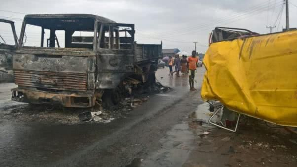an accident between a delivery truck and a commercial bus in Benin