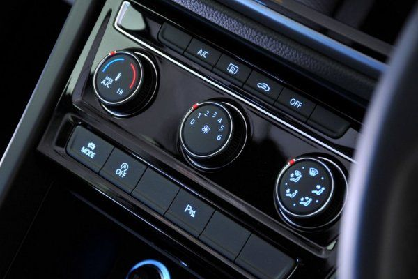 2017 Volkswagen Touran buttons on the dashboard