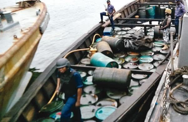 Nigerian Navy arrests a boat carrying illegal oil
