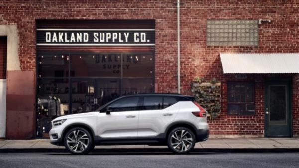 Side view of a white Volvo XC402018