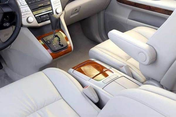 The Lexus RX330 2005 cabin