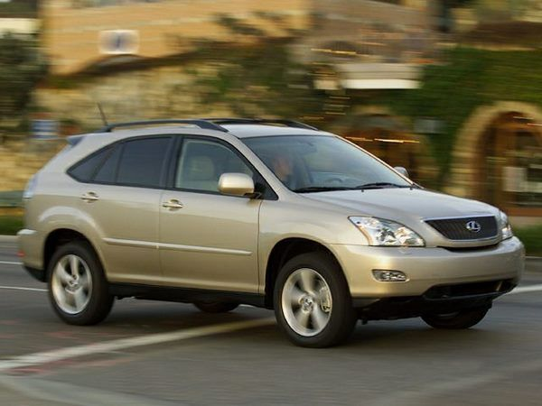 The Lexus RX330 2005 in motion