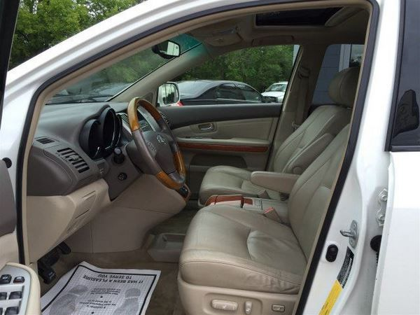 The 2005 Lexus RX330 front seat row