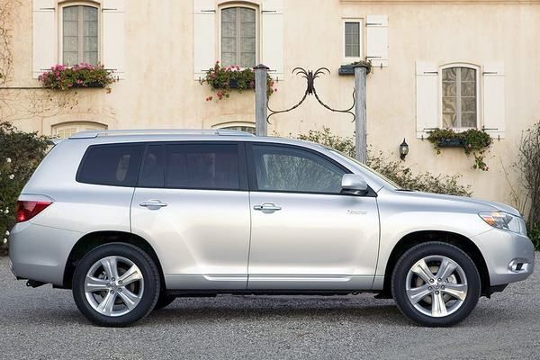 The Toyota Highlander 2008 profile view