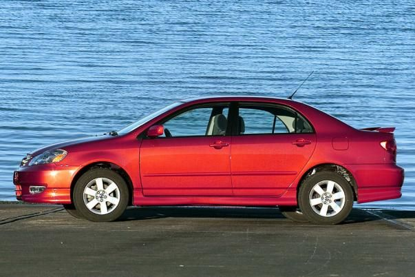 Side view of the Toyota Corolla 2003