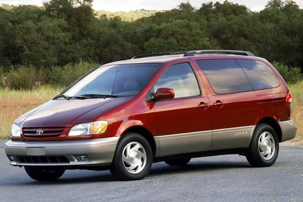The Toyota Sienna 2002 angular front