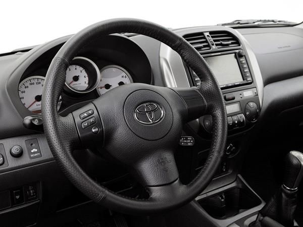 The Toyota RAV4 2005 steering wheel