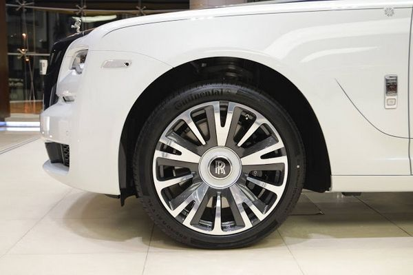 "Rolls-Royce Ghost ""Inspired by Private Jet"" wheel"