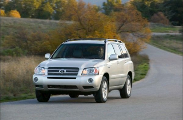 Toyota Highlander 2005 on the road