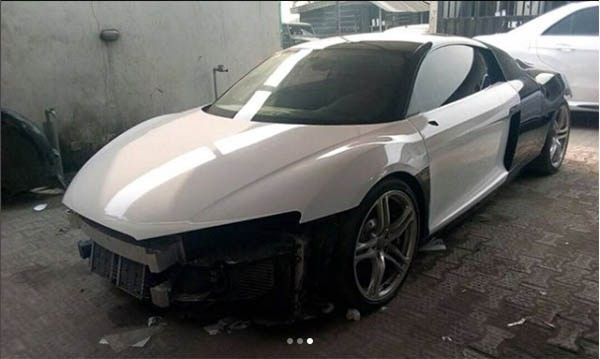 The process of wrapping the Audi R8 with glossy white wrap