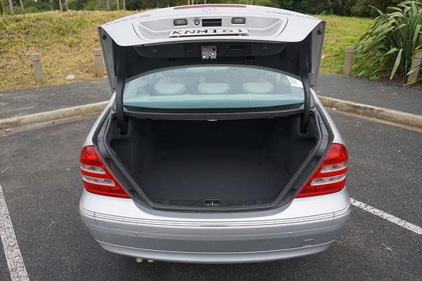 Mercedes-Benz C200 2000 cargo space