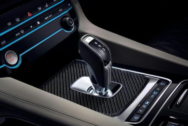 The gear shift of the Jaguar F-Pace SVR