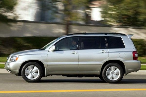Toyota Highlander 2006 on the road