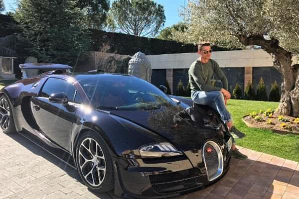 Ronaldo posing beside the Bugatti Veyron