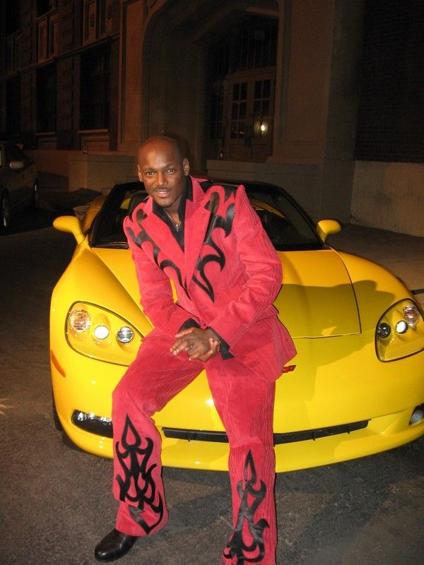 2Face-Idibia-sitting-on-the-hood-of-his-car