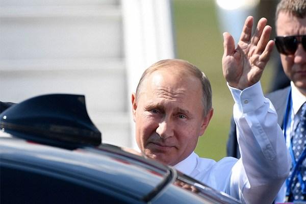 Putin alongside his car