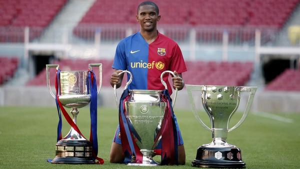 Samuel Eto'o showing his titles
