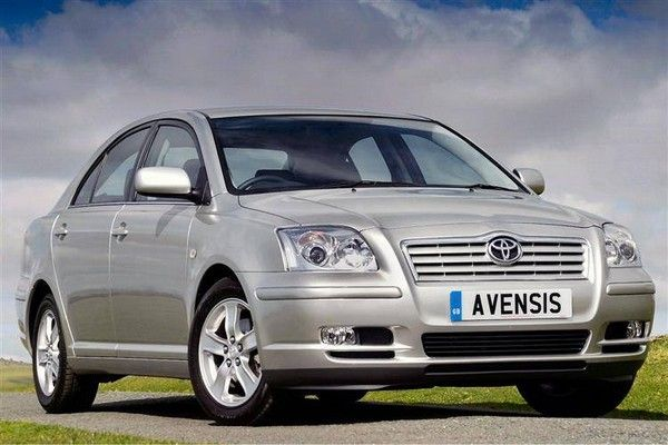 a grey Toyota Avensis 2005 front look