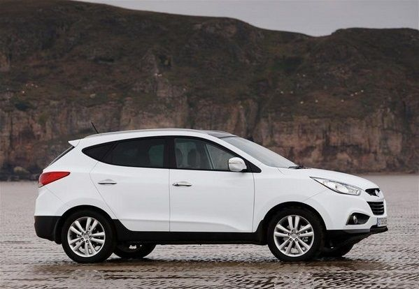 a white Hyundai ix35 side look