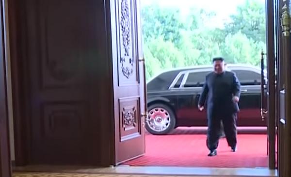 Kim Jong Un getting into the hall