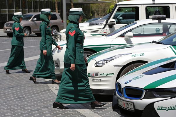 dubai-policewomen-and-fleet-of-cars