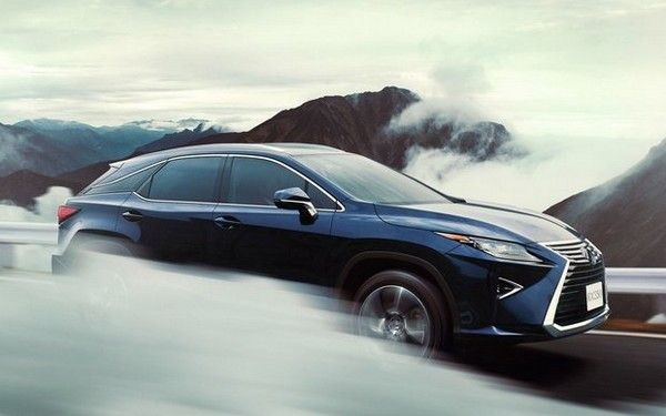 a-Lexus-RX-running-through-cloud
