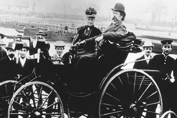 carl-benz-and-his-wife-on-the-first-benz