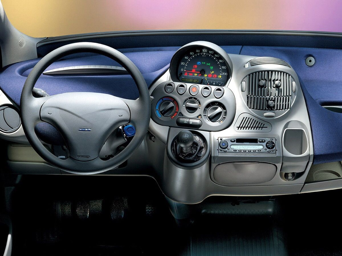 a-Fiat-Multipla-2002-dashboard