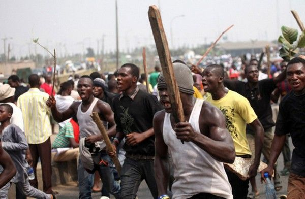 Lagos-robbery-gang-in-fight