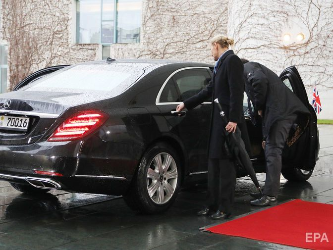 two-people-trying-to-open-a-mercedez-door