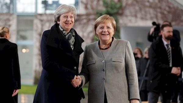 Theresa-May-shaking-Angela-Merkel-hands