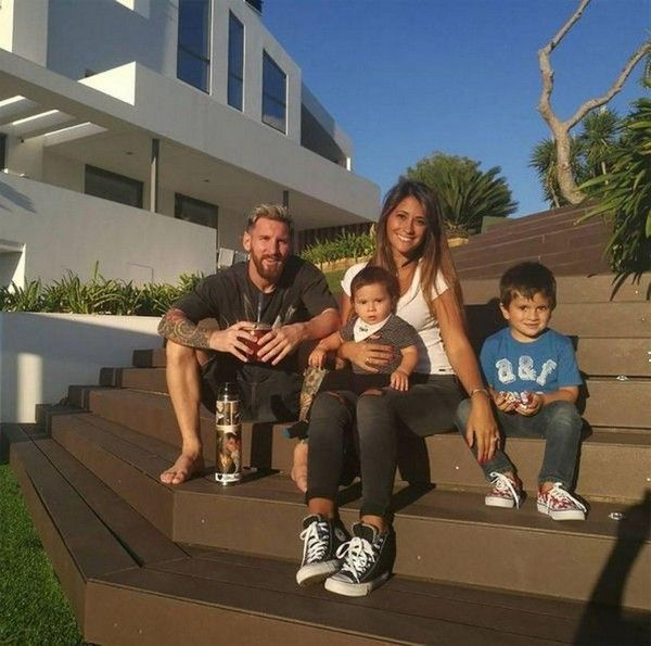 Messi-family-outside-house