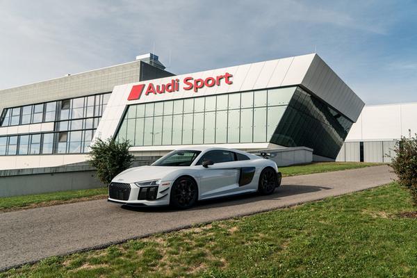 The-Audi-r8-v10
