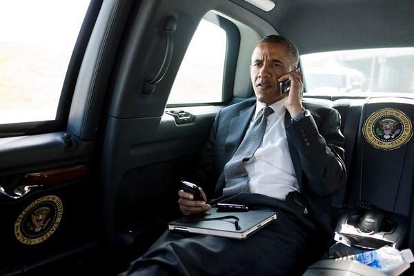 Obama-inside-car