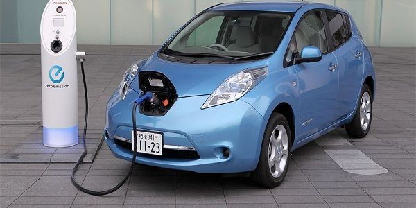 An-electric-car-recharges-battery