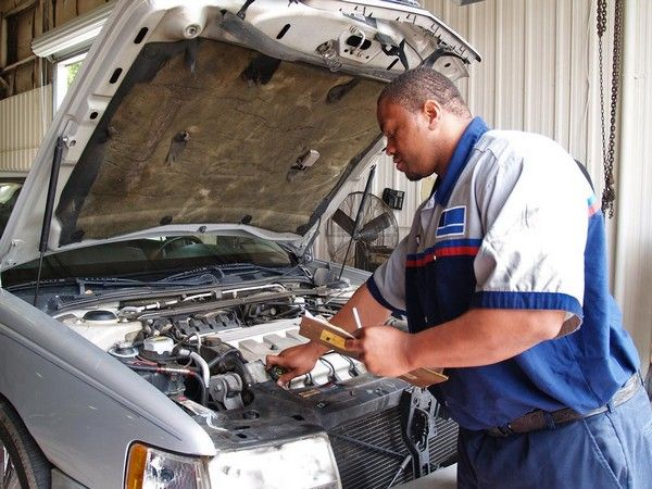 an-auto-mechanic-in-nigeria