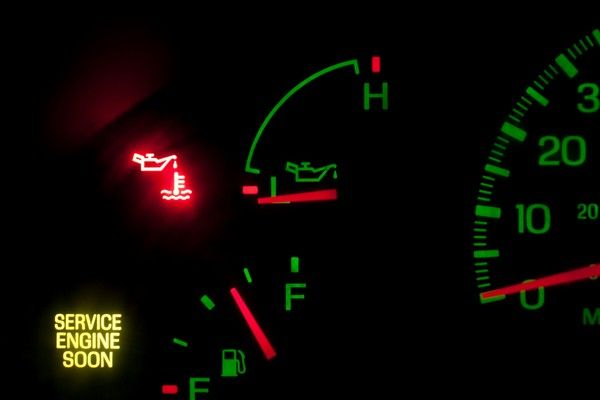 dashboard-showing-low-oil-pressure