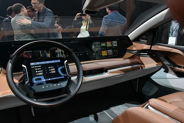 Byton's-all-electric-M-byte-SUV-dual-display-screen