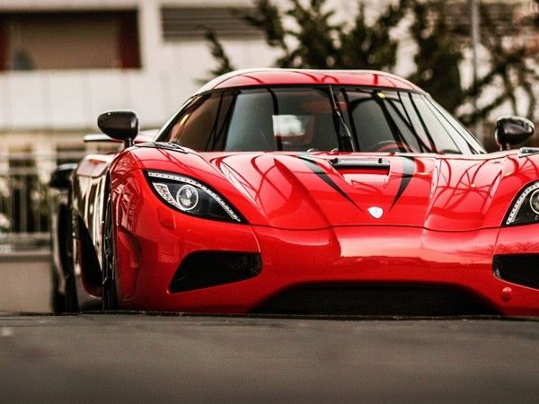 Koenigsegg-Regera-in-red