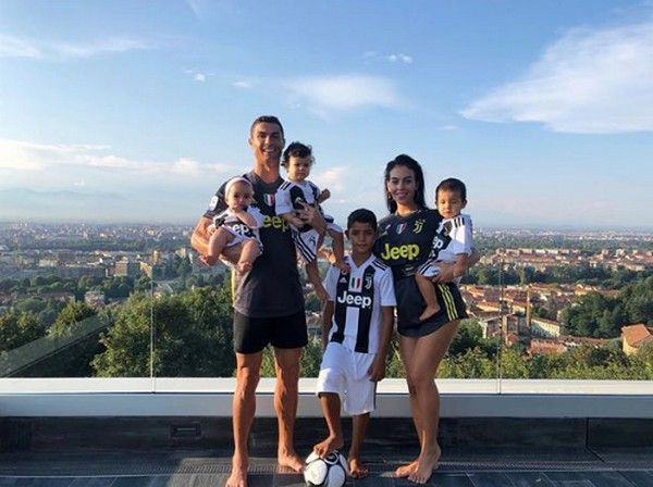 Ronaldo-family-on-rooftop