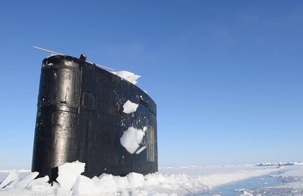 Image-of-USS-Hartford-break-through-thick-ice