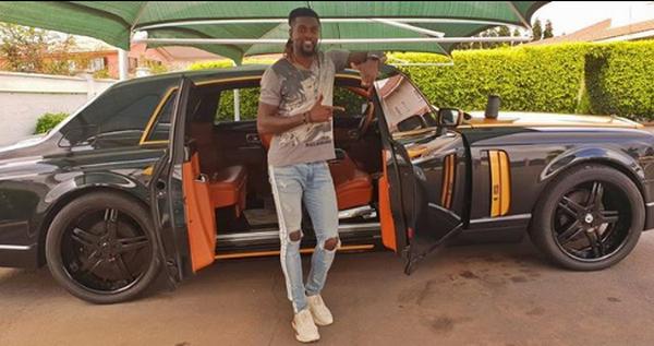 Emmanuel-Adebayor-posing