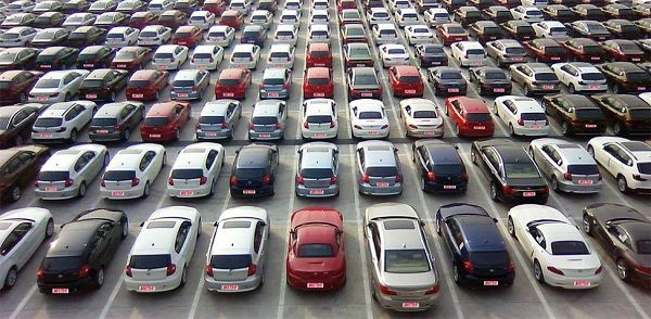 lines-of-various-cars-in-an-auction-warehouse