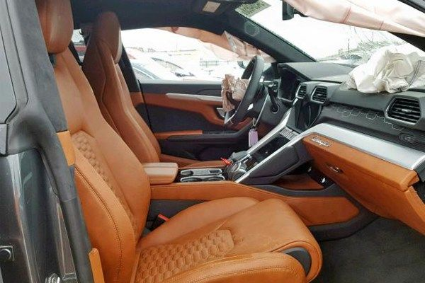Image-of-exposed-airbags-inside-the-crashed-2019-Lamborghini-Urus