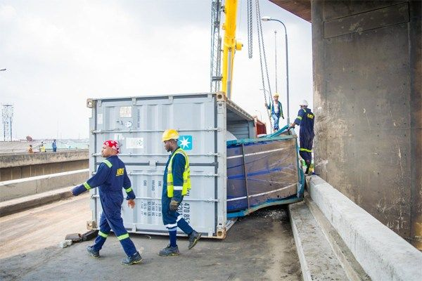 Image-of-LASEMA-officials-recovering-Laden-container-on-Ijora-Bridge