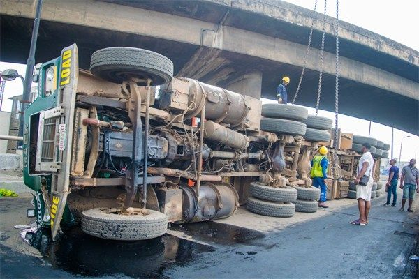 Image-of-the-fallen-truck-with-Laden-containers-on-Ijora-Bridge