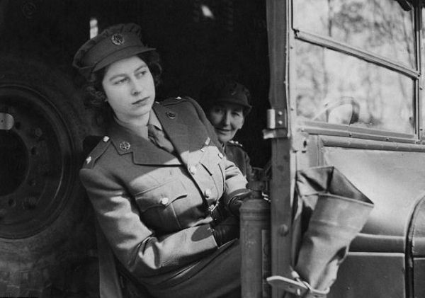 Image-of-Young-Queen-Elizabeth-behind-the-wheels