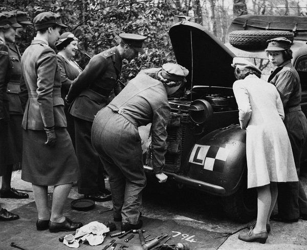 Image-of-Young-Queen-Elizabeth-as-mechanic